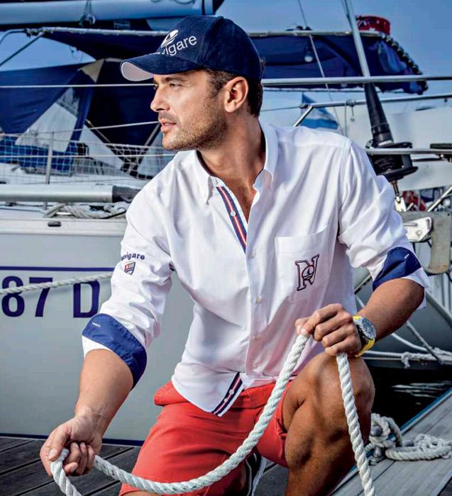 uomo-dalla-barca-con-camicia-bianca
