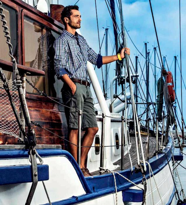 uomo-sulla-barca-con-camicia-di-quadri